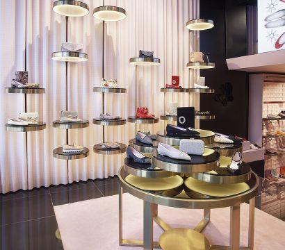 Entre sus lujosos materiales, han escogido el acero con un baño de champagne, alabastro rosa, espejos ahumados o el gres porcelánico Town Black Pulido 59,6x59,6 cm, de Urbatek.