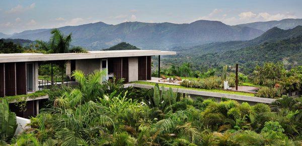 """Twin Houses, construidas por Alberto Burckhardt y Carolina Echeverri, en Colombia, y recogida por Phaidon en su tomo """"Living in the Mountains""""."""