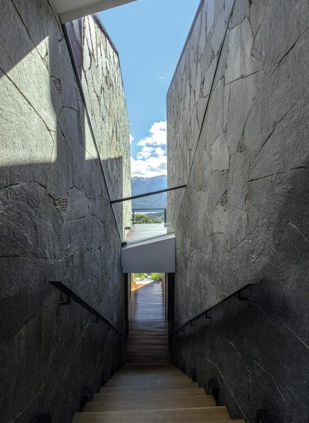 """S House, de Alric Galindez Arquitectos en Bariloche, una de las más espectaculares del nuevo libro """"Living in the Mountains"""" de Phaidon."""