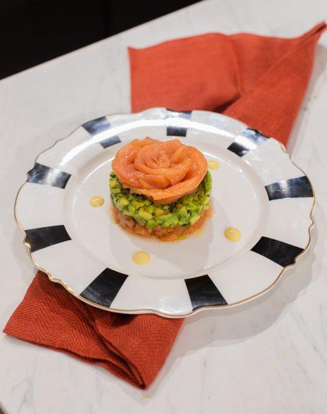 Cristina Oria prepara un delicioso tartar de aguacate y tomate, con aliño de eneldo y salmón en la cocina emotions 6.90 de Gamadecor.