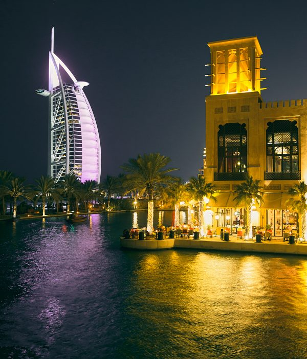 El hotel Burj Al Arab visto desde uno de los restaurantes del complejo residencial Madinat Jumeirah.