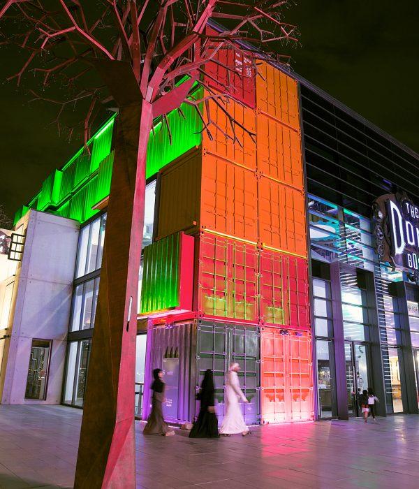 Box Park y sus fachadas de colores iluminadas.