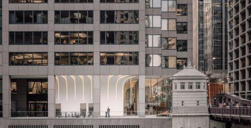 Chicago Mercantile Exchange (CME) Center. Reformado recientemente con Krion® y los sistemas de Butech para dar forma al vestíbulo. Photo by Imagen Subliminal.