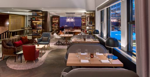 Bar/lounge Commons Club del Virgin Hotel, Chicago en el que destaca el suelo de madera natural de L'AC.